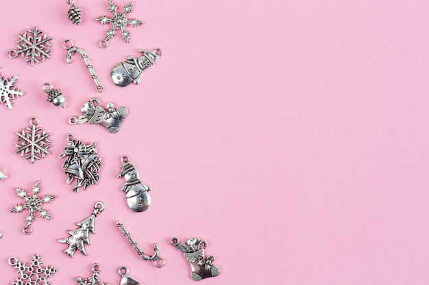 テキストスペース-クローズアップとピンクの背景に配置されたクリスマスツリーの装飾