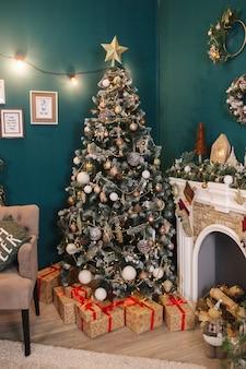 집에서 크리스마스 트리 장식. 새해 decotation의 아름다운 요소.