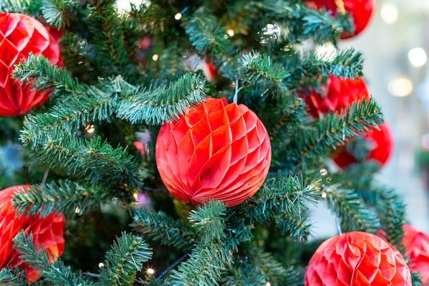 크리스마스 트리 장식. 아름 다운 빛나는 공 크리스마스 트리입니다. 겨울 휴가 개념.