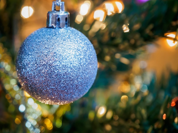 枝の背景にクリスマスツリーの装飾