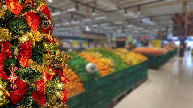 スーパーマーケットの果物部門のぼやけた背景の選択的な焦点とクリスマスツリーの詳細