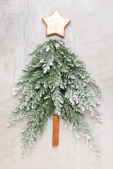 クリスマスツリーフラットは灰色の背景に横たわっていた。