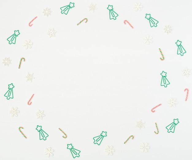 クリスマスツリーはクリップ、クリスマスの杖、白の木製の雪片を形成しました