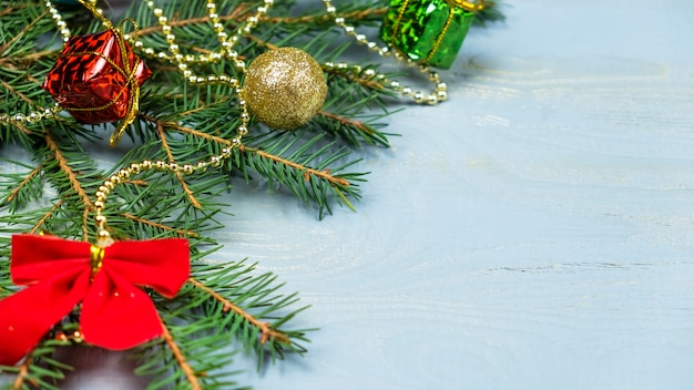 クリスマスボールとギフトが付いているクリスマスツリーの花輪。コピースペース