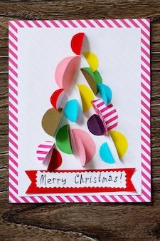 クリスマスツリーグリーティングカード子供たちの創造性の手作りプロジェクト上面図