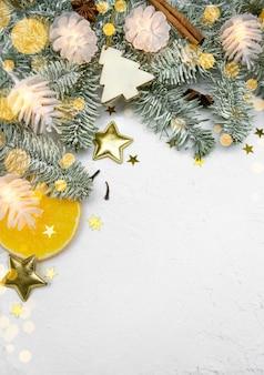 Рождественская елка праздничная рамка, декор, гирлянды на снегу с копией пространства