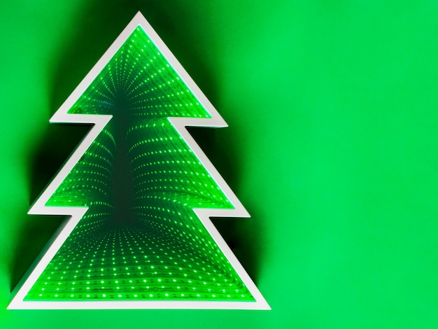 녹색 배경에 조명 크리스마스 트리