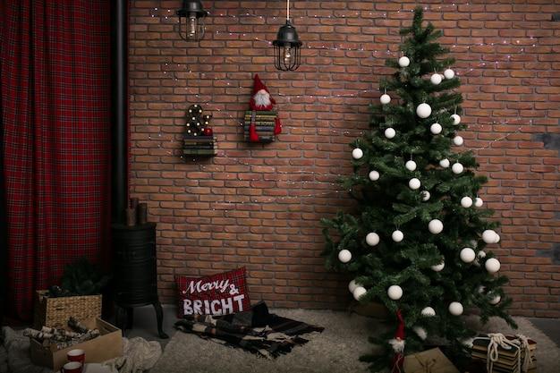 다락방 방에 크리스마스 트리