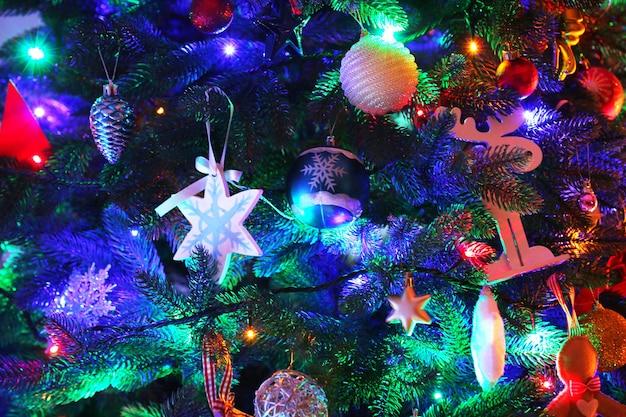 部屋のクローズアップのクリスマスツリー