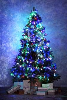 Рождественская елка в комнате на стене Premium Фотографии