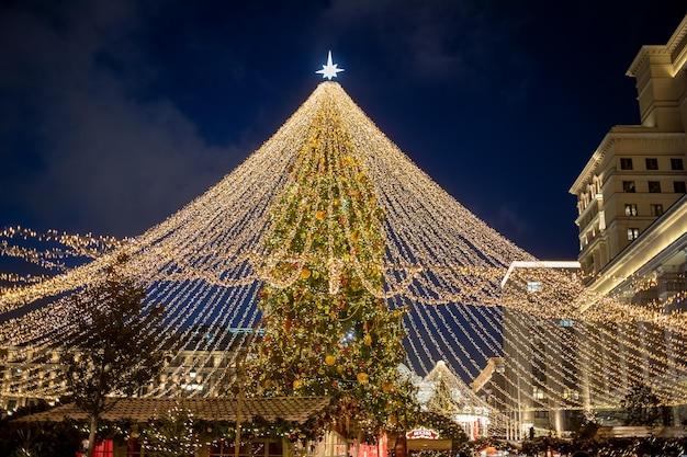 Рождественская елка в центре ярмарки в ночное время