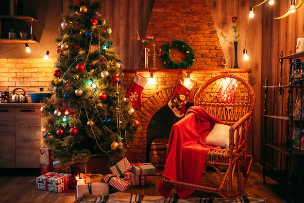 휴일 장식과 함께 방에 크리스마스 트리, 아무도. 크리스마스 축하, 벽난로, 선물용 빨간 양말, 화환