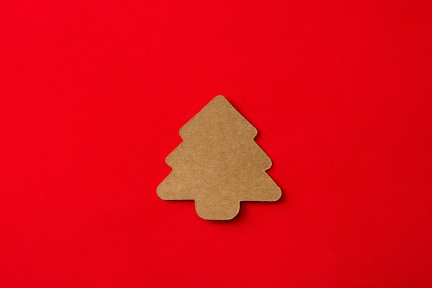 Этикетка рождественской елки на красном фоне