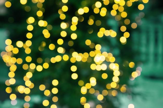 크리스마스 트리 조명 bokeh 추상 텍스처 밝은 노란색 반짝이와 새 해 배경