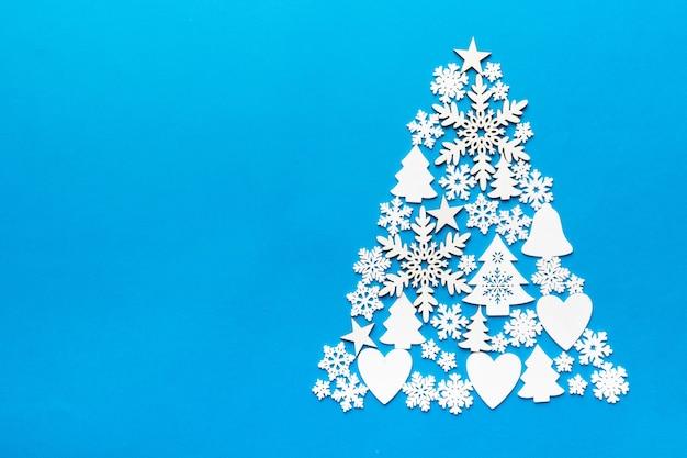 Рождественская елка из цветного украшения шара ручной работы на цветном фоне, вид сверху. новогодняя минимальная концепция с копией пространства
