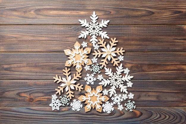 色付きの背景に色付きの手作りボール装飾から作られたクリスマスツリー、上からの眺め。コピースペースのある新年のミニマルコンセプト。