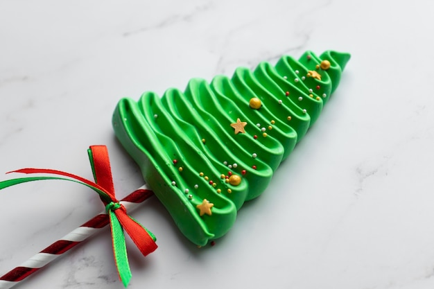 メレンゲで作ったクリスマスツリー。子供のための日曜大工のお菓子。