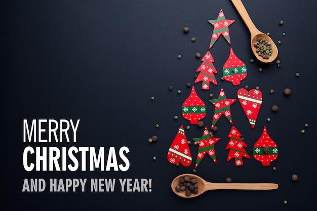 赤いキャンディーと木のスプーンで作られたクリスマスツリー年賀状