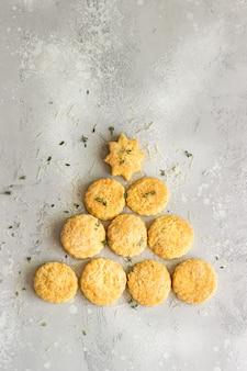 おいしいチーズクッキーまたはタイムとチーズのスコーンから作られたクリスマスツリー