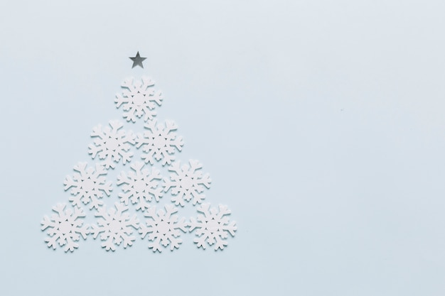 Albero di natale fatto da piccoli fiocchi di neve