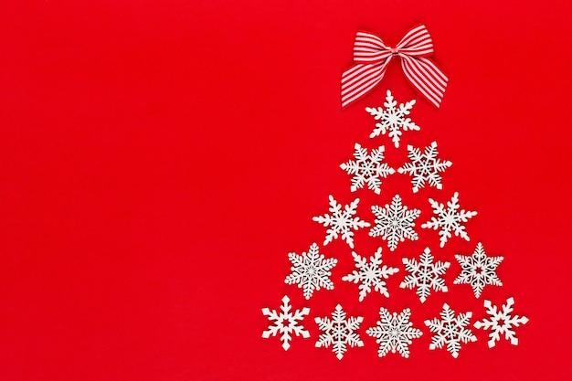 Новогодняя елка из снежинок белого цвета.