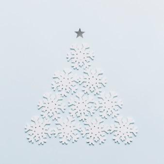 Albero di natale fatto da fiocchi di neve bianchi