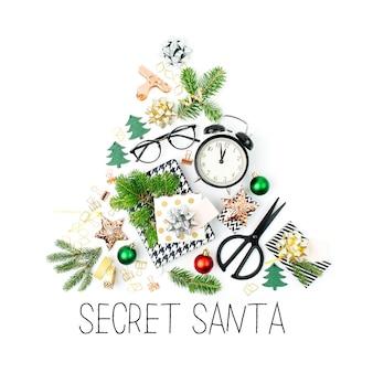 冬の装飾、目覚まし時計付きの文房具、白い背景の上の贈り物から作られたクリスマスツリー。休日とお祝いの創造的なコンセプト。フラットレイ、上面図