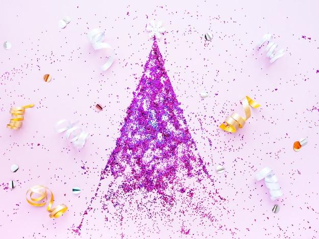 Новогодняя елка из ярко-розовых блесток на розовом фоне, растяжек и снежинок