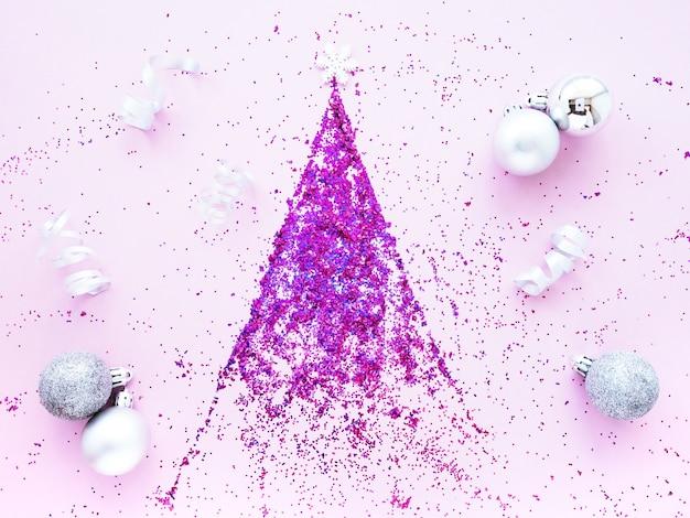 Новогодняя елка из ярко-розовых пайеток на розовом фоне
