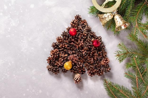 Елка из шишек. ручной работы. элемент дизайна рождество и новый год. вид сверху. копировать пространство