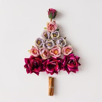 花とシナモンスティックで作られたクリスマスツリー。