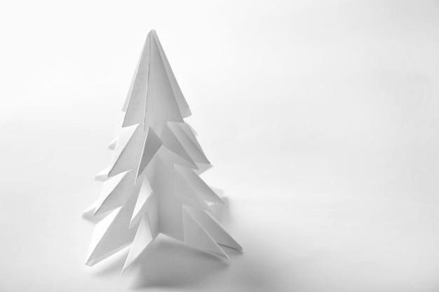 흰색 바탕에 종이로 만든 크리스마스 트리