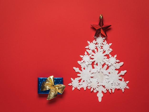 종이 눈송이와 선물 상자로 만든 크리스마스 트리. 크리스마스와 연말 연시.