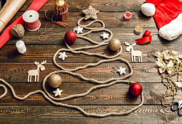 木製のテーブルの上にロープで作ったクリスマスツリー
