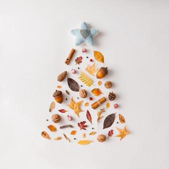 다양한 단풍과 과일로 만든 크리스마스 트리. 평평하다. 새 해 개념.