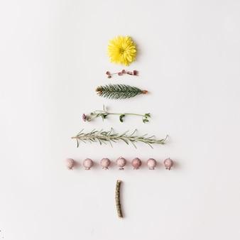 다양한 자연물로 만든 크리스마스 트리. 평평하다. 최소한의 개념.