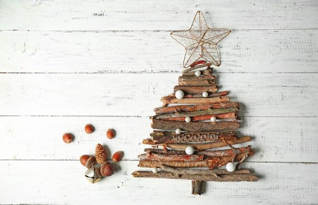 木製のテーブルトップビューで木の枝で作られたクリスマスツリー