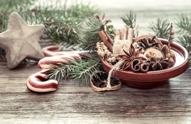 말린 오렌지, 계피 스틱 및 접시에 아니스 스타로 만든 크리스마스 트리