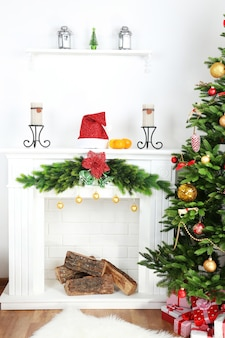 Новогодняя елка у камина в комнате