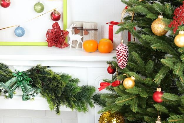 部屋の暖炉の近くのクリスマスツリー