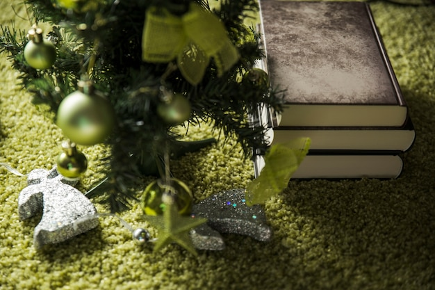 Albero di natale vicino a vecchi libri