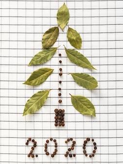 Рождественская елка из лавровых листьев и черного перца.