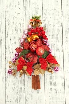 Елка из елочных игрушек на деревянном столе крупным планом