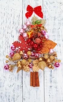 木製のテーブルのクローズアップのクリスマスおもちゃのクリスマスツリー