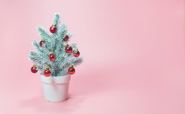 분홍색 배경에 크리스마스 트리