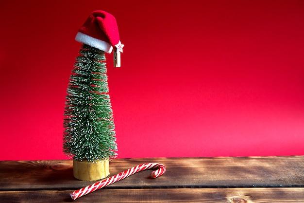 Рождественская елка на красном фоне с огнями гирлянд