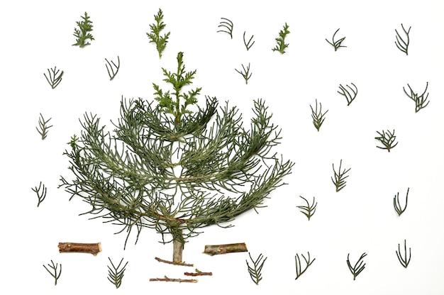 白い背景の上のクリスマスツリー。年末年始隔離用