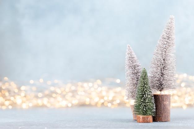 背景のボケ味のクリスマスツリー。クリスマスの休日のお祝いのコンセプトです。グリーティングカード。