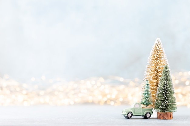 ボケ味の背景のクリスマスツリークリスマス休暇のお祝いのコンセプト。