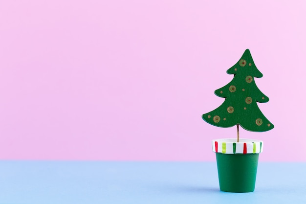 Рождественская елка на пастельных тонах. рождество или новый год минимальная концепция.